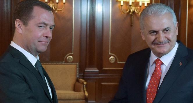 Başbakan Yıldırım, Rusya Başbakanı Medvedev ile bir araya geldi