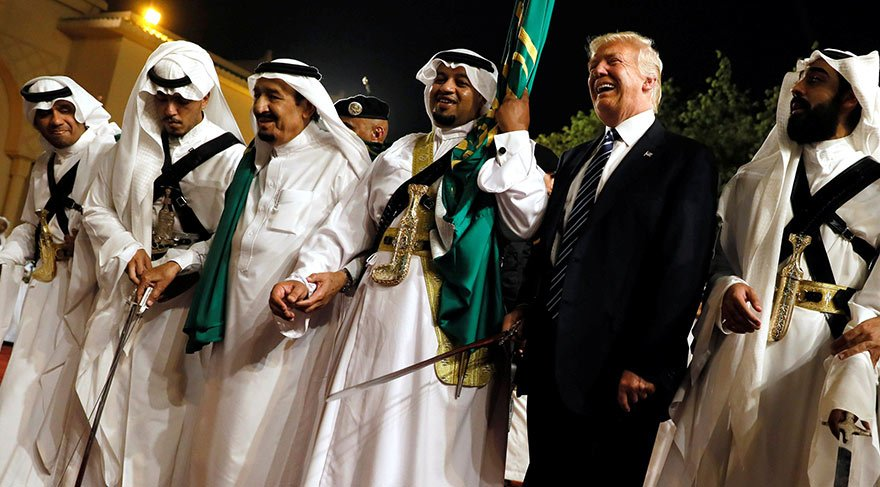 Donald Trump'tan Suudi Arabistan'da kılıç dansı